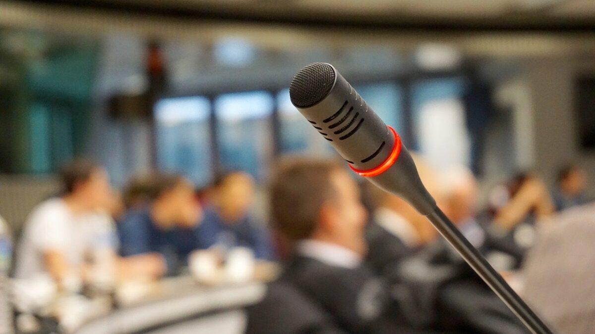 Najnowsze trendy w wyposażeniu sal konferencyjnych