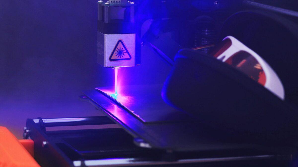Frezowanie CNC i cięcie laserowe – kiedy wykorzystujemy?