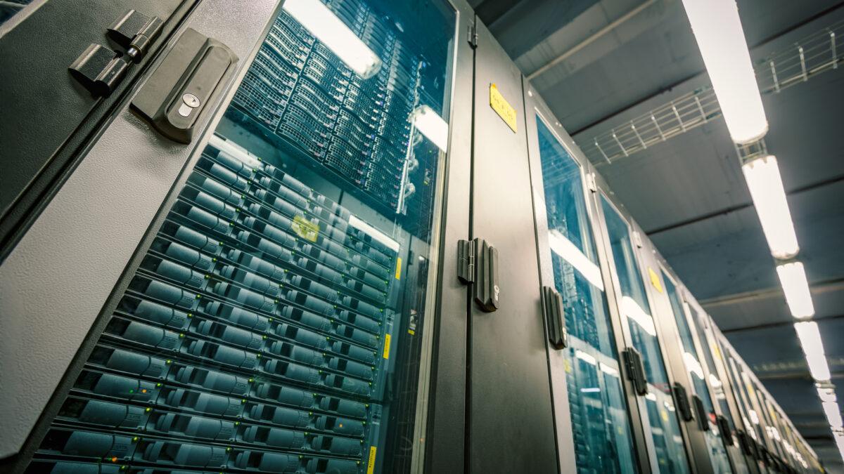 Czym jest szafa serwerowa RACK? Budowa i zasada działania